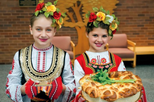 Feestelijk geklede Bulgaarse meisjes