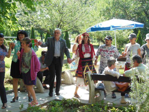 Dansen tijdens bezoek villa Riviera in Varna, Bulgarije. Foto: Stichting Dordrecht-Varna, 2015 augustus